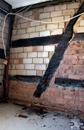 Durch das Hochwasser sind die Holzbalken des Fachwerks von Schimmel befallen. Bevor sie nicht ausgetauscht werden, kann im Inneren des Hauses nicht gearbeitet werden. Foto: Steffi Tucholke/pp/Agentur ProfiPress