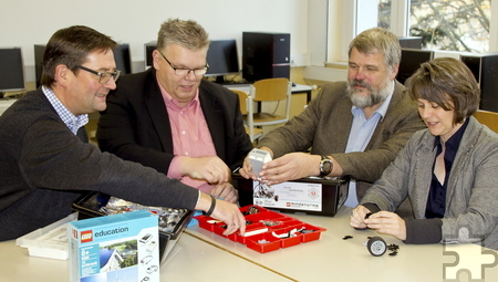 Neben den beiden Schulleitern Birgit Barrelmeyer (rechts) und Georg Jöbkes (2. von rechts) testeten auch Kuratoriumsvorsitzender Jochen Kupp (2. von links) sowie Vorstandsmitglied Markus Herbrand (links) das neue Lego Mindstorm Education System. Foto: Stadt Schleiden/pp/Agentur ProfiPress
