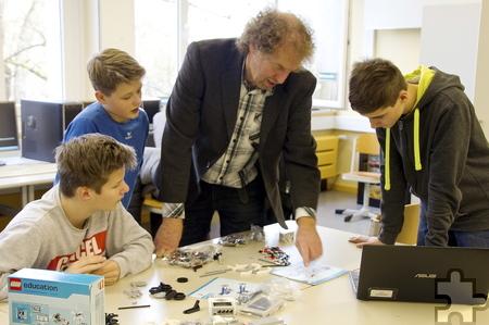Informatiklehrer Werner Metzen experimentierte mit seinem Informatikkurs der Städtischen Realschule mit dem neuen Lego Mindstorm Education System. Foto: Stadt Schleiden/pp/Agentur ProfiPress