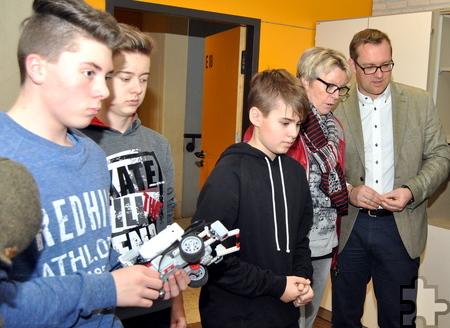 Erster Beigeordneter Thomas Hambach und Maria Jentges (Mechernich Stiftung) beobachten die Technik-Versuche der Gesamtschüler. Foto: Renate Hotse/pp/Agentur ProfiPress
