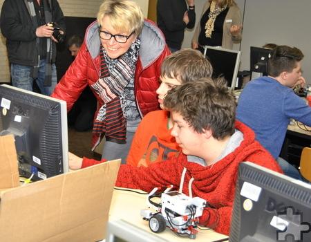 Begeistert erklären die Mechernicher Gesamtschüler Maria Jentgen von der Mechernich Stiftung, wie sie mit Lego Mindstorms arbeiten. Foto: Renate Hotse/pp/Agentur ProfiPress