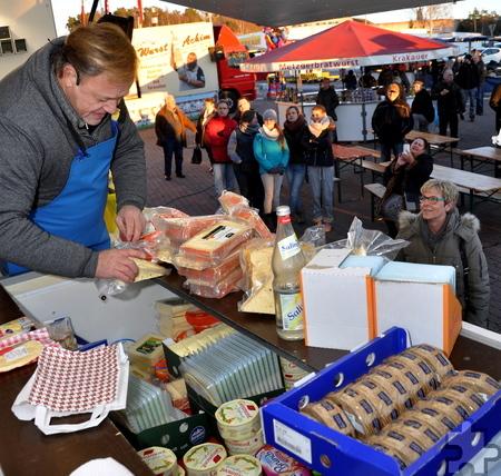 Griff in die Vollen: Für 15 Euro packte Käse-Alex die Eimer voll.  Foto: Reiner Züll/pp/Agentur ProfiPress