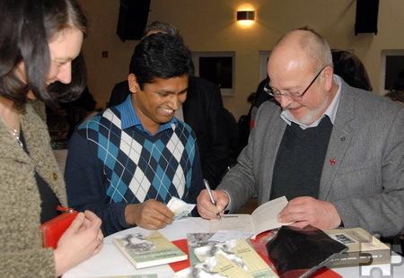 Dr. Franz-Josef Zumbé und, wie hier, Manfred Lang mussten zahlreiche Bücher signieren.  Foto: Hermann-Josef Mies/pp/Agentur ProfiPress