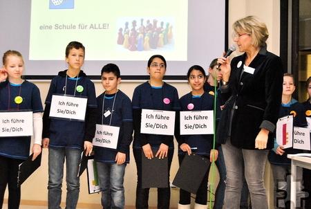 Schulleiterin Dagmar Wertenbruch und die Schüler selbst werden die Besucher am Samstag, 21. Januar rund um die Gesamtschule informieren. Foto: Renate Hotse/pp/Agentur ProfiPress