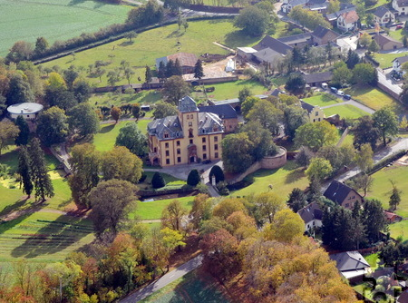 Es gibt kaum einen Flecken auf der Welt, auf dem sich so viele historische Bauwerke, vor allem Burgen und Schlösser befinden wie in der Stadt Mechernich. Hier sind Schloss Wachendorf und ein Teil der Ortslage aus der Luft zu sehen. Als modernes Pendant zum neobarocken Gemäuer befindet sich am Ortsrand die berühmte Bruder-Klaus-Kapelle des Schweizer Stararchitekten Peter Zumthor. Foto: Manfred Lang/pp/Agentur ProfiPress