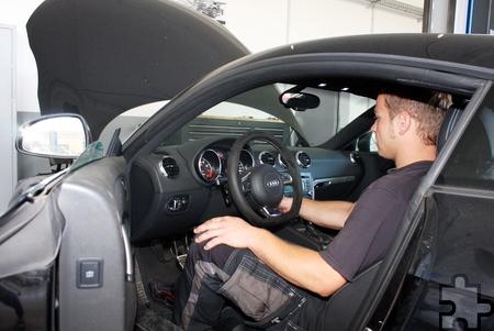 Beim Chiptuning werden die Steuergeräte von Serienfahrzeugen ausgelesen, die Daten am Computer verändert und wieder eingelesen, um mehr PS und weniger Kraftstoffverbrauch zu erzielen. Foto: Steffi Tucholke/pp/Agentur ProfiPress