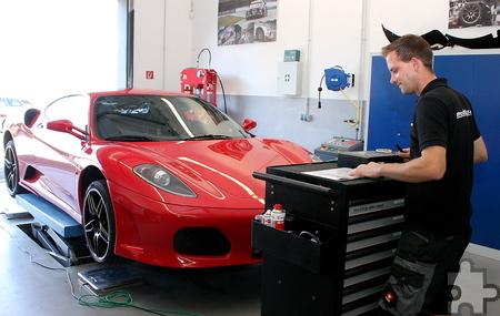 Marcus Schiffer testet am Montageplatz in der Werkstatthalle das Fahrwerk und das Fahrzeuggewicht des roten Ferraris. Foto: Steffi Tucholke/pp/Agentur ProfiPress