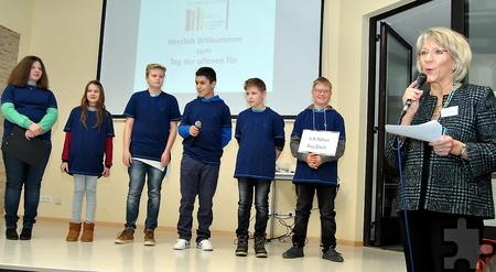 Schulleiterin Dagmar Wertenbruch und Schüler beantworteten Fragen rund um den Schulalltag. Foto: Renate Hotse/pp/Agentur ProfiPress