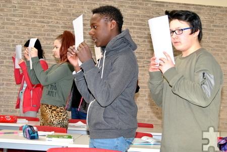"""Mit heiteren Sketchen unterhielten die Schüler des Wahlpflichtfaches """"Darstellen und Gestalten"""" das Publikum beim Tag der offenen Tür in der Gesamtschule. Foto: Renate Hotse/pp/Agentur ProfiPress"""