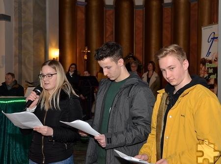 16 Firmlinge hatten den Jugendgottesdienst vorbereitet und schlüpften während der Liturgie in aktive Rollen. Foto: Manfred Lang/pp/Agentur ProfiPress