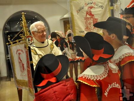 Im Foyer der Kirche empfing Pater Josef die Abordnungen der Kaller Karnevalisten. Foto: Reiner Züll/pp/Agentur ProfiPress