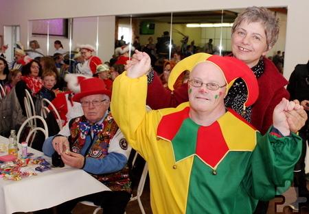 Tolle bunte Kostüme gab es bei der Karnevalssitzung der Lebenshilfe HPZ in Schwerfen – so wie hier den rot-grünen Harlekin. Foto: Steffi Tucholke/pp/Agentur ProfiPress