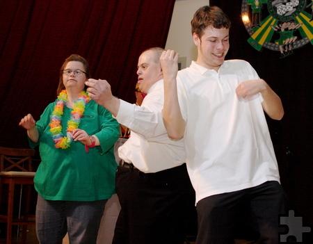 Viel Spaß bei ihrem Auftritt hatten auch diese beiden Tänzer, die mit Elan die Luftgitarre spielten. Foto: Steffi Tucholke/pp/Agentur ProfiPress