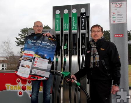 """Guido Bauer (l.) und Rolf Schäfer, Geschäftsführer bei """"Schäfer Reisen"""", zählen die Vorteile der neuen Tank-Netz-App auf. Foto: Thomas Schmitz/pp/Agentur ProfiPress"""