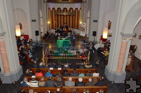Blick von der Orgelempore auf das Gottesdienstgeschehen in der Strempter Pfarrkirche St. Rochus am Sonntagabend. Foto: Manfred Lang/pp/Agentur ProfiPress.