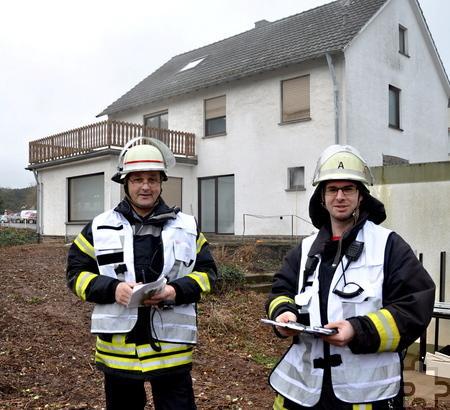 Die Übungsleiter Andreas Lang (links) und Michael Becker hatten sich das anspruchsvolle Szenario am leer stehenden Gemeindedirektoren-Haus (Hintergrund) ausgedacht. Foto: Reiner Züll/pp/Agentur ProfiPress