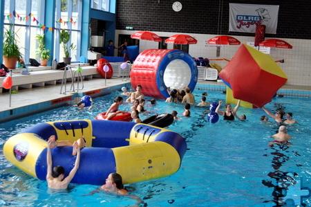 Die Wasserspielgeräte des DLRG-Spielmobils aus Hattingen sorgten bei der ersten Kaller Badeparty für Riesenspaß. Foto: Renate Hotse/pp/Agentur ProfiPress