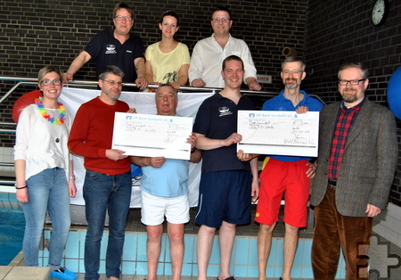 Jeweils einen Scheck über 300 Euro überreichten die UWV-Politiker Sascha Herring (r.) und Volker Meuser (2.v.l.) an die Verantwortlichen der DLRG. Foto: Renate Hotse/pp/Agentur ProfiPress