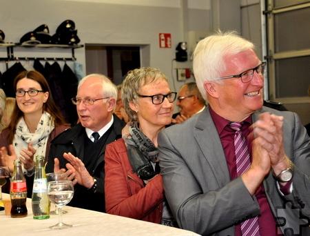Auch die Leiterin des Ordnungsamtes, Sigrun Hochscheid (links), war beim Kameradschaftsabend der Löschgruppe Sistig anwesend. Rechts Bürgermeister Herbert Radermacher.  Foto: Reiner Züll/pp/Agentur ProfiPress