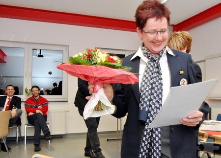 Blumen und Urkunde gab es auch für Angelika Schmitz, die dem DRK seit 40 Jahren die Treue hält. Foto: Renate Hotse/pp/Agentur ProfiPress