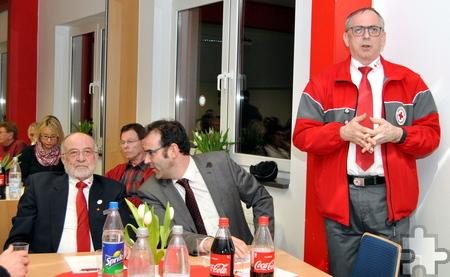 Kreisvorsitzender Karl Werner Zimmermann begrüßte unter anderem den Ersten Beigeordneten der Stadt Euskirchen, Johannes Winckler, sowie den Ehrenvorsitzenden des DRK-Kreisverbandes, Erwin Doppelfeld (v.r.), zur Versammlung. Foto: Renate Hotse/pp/Agentur ProfiPress