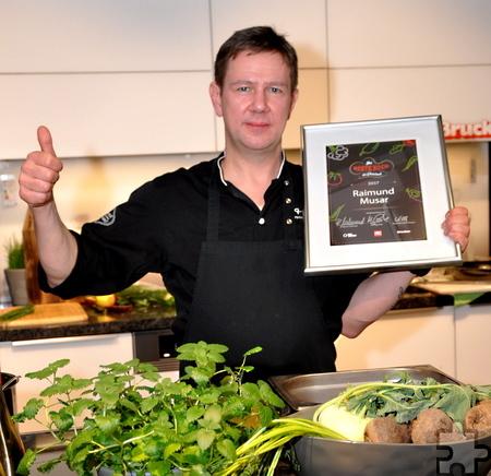 Zeigt stolz die Siegerehrung: Raimund Musar wurde zum besten Koch des Rheinlandes gekürt. Foto: Reiner Züll/pp/Agentur ProfiPress