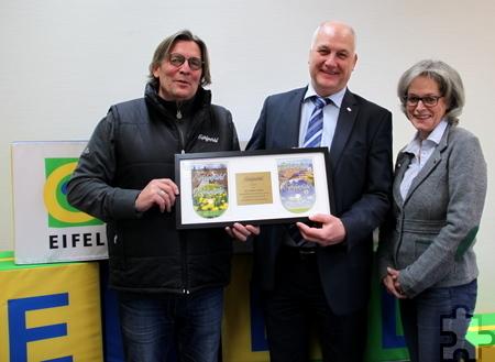 Eifel-Tourismus-Geschäftsführer Klaus Schäfer (M.), nahm den Eifelgefühl-Award aus den Händen von Horst und Barbara Hültenschmidt entgegen. Foto: Eifel Tourismus/pp/Agentur ProfiPress
