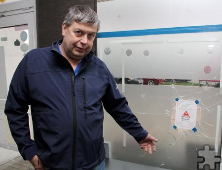 Firmeninhaber Christian Meurer zeigt auf die Stelle, wo die Spendenflasche stand. Foto: Thomas Schmitz/pp/Agentur ProfiPress