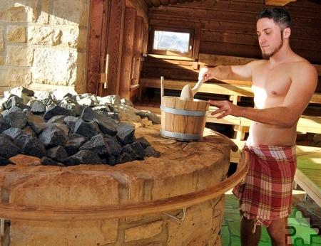 Kübel und Kelle: Viel mehr an Requisiten braucht es nicht für den original finnischen Sauna-Abend am Samstag, 1. April, ab 17 Uhr, in der Eifel-Therme Zikkurat. Foto: Renate Hotse/pp/Agentur ProfiPress.