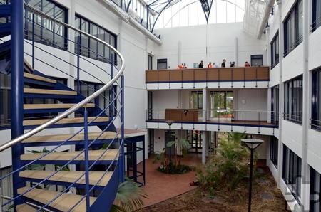 Das ehemalige DHL-Verwaltungsgebäude an der Thomas-Eßer-Straße wird vom Rotkreuz-Kreisverband seit September 2015 als Flüchtlings-Notunterkunft betrieben. Archivfoto: Felix Kern/pp/Agentur ProfiPress