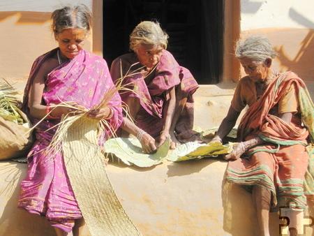 Aus Blättern und Gräsern stellen Adivasi-Frauen einfache Essuntensilien her. Foto: Franz Richter/pp/Agentur ProfiPress