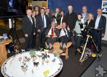 Eifel-Tourismus-Chef Klaus Schäfer (l.) und Euskirchens Landrat Günter Rosenke blicken gemeinsam in die Sterne über dem Nationalpark Eifel. Foto: Helmut Gassen/pp/Agentur ProfiPress