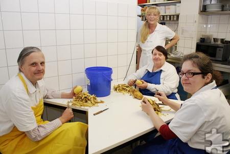 Auch das gemeinsame Kochen ist Teil der Arbeitstherapie. Das Küchenteam der Bewohner bereitet jeden Tag unter Leitung von Maria Zerweck (Hauswirtschafterin, hinten) das Mittagessen im Sozialtherapeutischen Heim zu. Foto: Steffi Tucholke/pp/Agentur ProfiPress