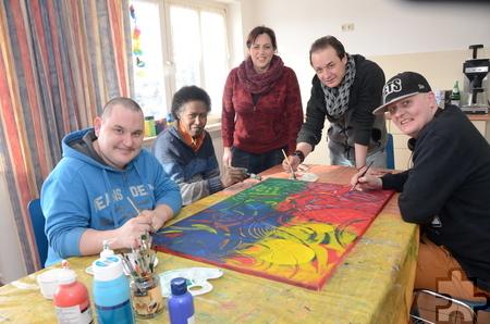 In der Beschäftigungstherapie kommen die Teilnehmer über gemeinsame Projekte miteinander ins Gespräch. Foto: Manfred Lang/pp/Agentur ProfiPress