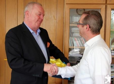 Auch Dietmar Henkel, Geschäftsführer der Radio Euskirchen GmbH & Co. KG, gratulierte Norbert Jeub zum 20. Dienstjubiläum. Foto: Thomas Schmitz/pp/Agentur Profipress