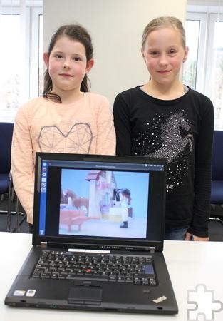 Lea Schmitz (l.) und Lioba Schmitz gewannen mit einem selbstgemachten Trickfilm aus 1.163 Fotos, die sie ähnlich wie ein Daumenkino abspielen lassen können. Foto: Steffi Tucholke/pp/Agentur ProfiPress