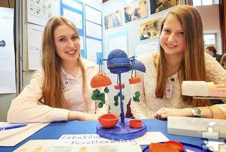 Valeria Besse (l.) und Anne Bodenhausen mit dem von ihnen entwickelten Modell zur Erklärung ihrer Forschungsergebnisse. Foto: Volker Lannert/Uni Bonn
