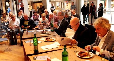 Die Jury und die Zuschauer beim Verkosten der Wettbewerbsgerichte. Foto: Reiner Züll/pp/Agentur ProfiPress