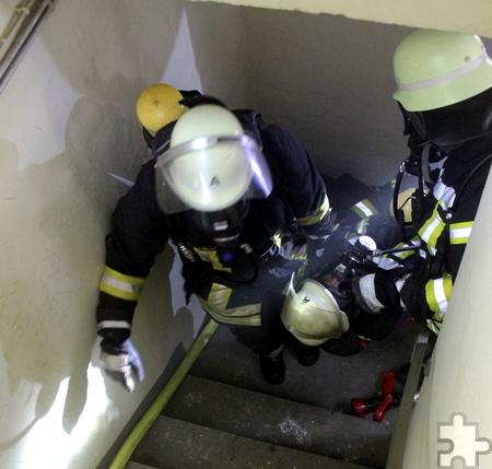 Ein besonders schwieriger Übungsteil war die Rettung eines bewusstlosen Kameraden über die enge Keller-Wendeltreppe. Foto: Reiner Züll/pp/Agentur ProfiPress