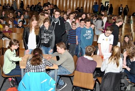 Im Wahlbüro erhielten die Schüler ihre Stimmzettel für die Wahl der Kinderrechtshelden. Foto: Renate Hotse/pp/Agentur ProfiPress
