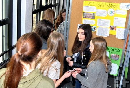 In der Aula des Hermann-Josef-Kollegs waren mehrere Wahlkabinen aufgebaut, in denen die Schüler ihre Stimmen abgeben und sich über die Kandidaten informieren konnten. Foto: Renate Hotse/pp/Agentur ProfiPress