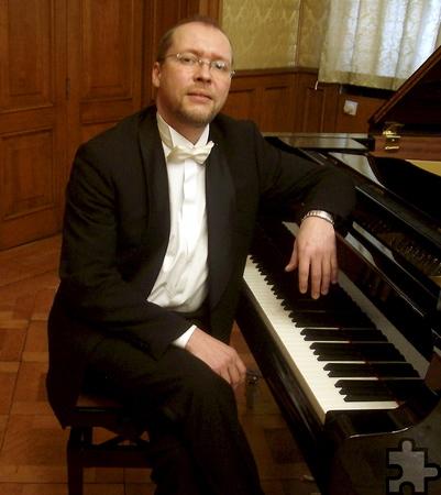 Der Moskauer Meister-Pianist Dmitrij Koscheew begleitet die Solisten am Klavier. Foto: Veranstalter/pp/Agentur ProfiPress