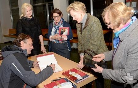 Monschaus Bürgermeisterin und Lit.Eifel-Vorsitzende Margareta Ritter (links) sowie auch das begeisterte Publikum nutzten vor und nach der Veranstaltung die Chance, ihre Bücher von Andreas Englisch signieren zu lassen. Foto: Manfred Lang/pp/Agentur ProfiPress