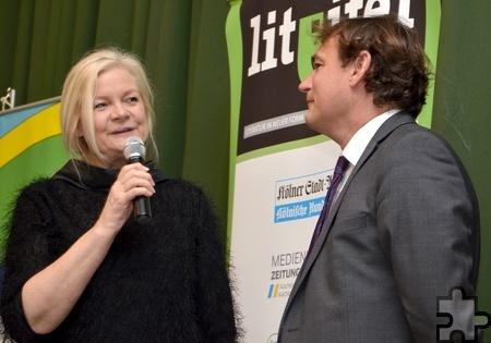 Die Lit.Eifel-Vorsitzende Margareta Ritter moderierte eine lebhafte Fragerunde der 350 Lesungsgäste mit Bestsellerautor Andreas Englisch. Foto: Sarah Winter/pp/Agentur ProfiPress