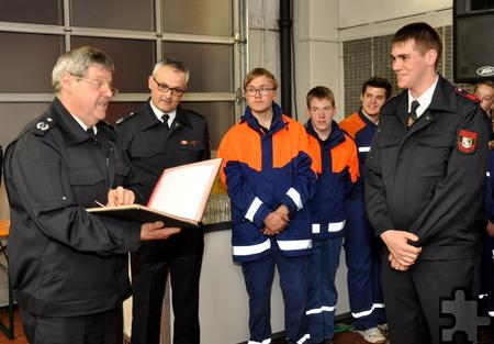 Andreas Becker (rechts) hatte Geburtstag und wurde von Gemeinde-Wehrleiter Harald Heinen zum Brandmeister befördert. Foto: Reiner Züll/pp/Agentur ProfiPress
