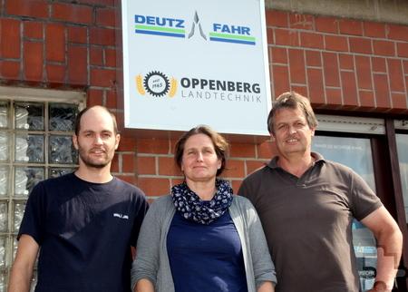 Barbara Langen leitet seit zehn Jahren die Geschicke bei Oppenberg Landtechnik. Ihr Ehemann Jochen (r.) und Sohn Patrick arbeiten ebenfalls im Betrieb. Foto: Thomas Schmitz/pp/Agentur ProfiPress