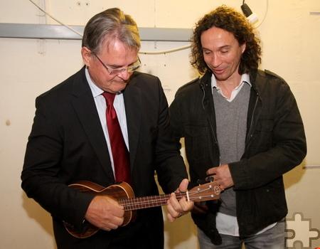 Kleines Fachsimpeln unter Hobby- und Profi-Musiker: Landrat Günter Rosenke und Stephan Brings Foto: Thomas Schmitz/pp/Agentur ProfiPress