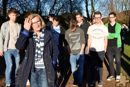 Beate Ohles (vorne links) führte 31 Mechernicher Firmungsbewerber über den örtlichen Friedhof und erklärte Gräber- und Bestattungsarten. Foto: Manfred Lang/pp/Agentur ProfiPress