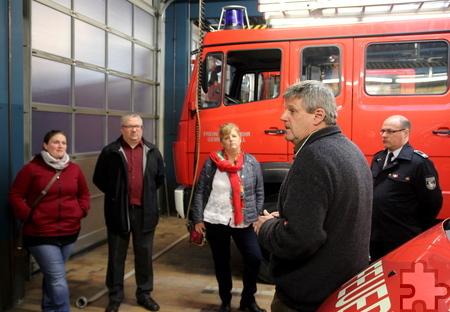 Auch die SPD-Bundestagskandidatin Ute Meyers (Mitte) war beim Besuch von Fraktion und Ortsverein bei der Feuerwehr anwesend. Foto: Thomas Schmitz/pp/Agentur ProfiPress
