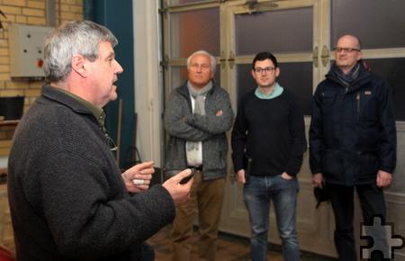 Die Kaller SPD-Fraktion (im Hintergrund von links: Erhard Sohn, Emmanuel Kunz und Norbert Schiffer) ließen sich von Feuerwehrchef Harald Heinen das Gerätehaus zeigen. Foto: Thomas Schmitz/pp/Agentur ProfiPress